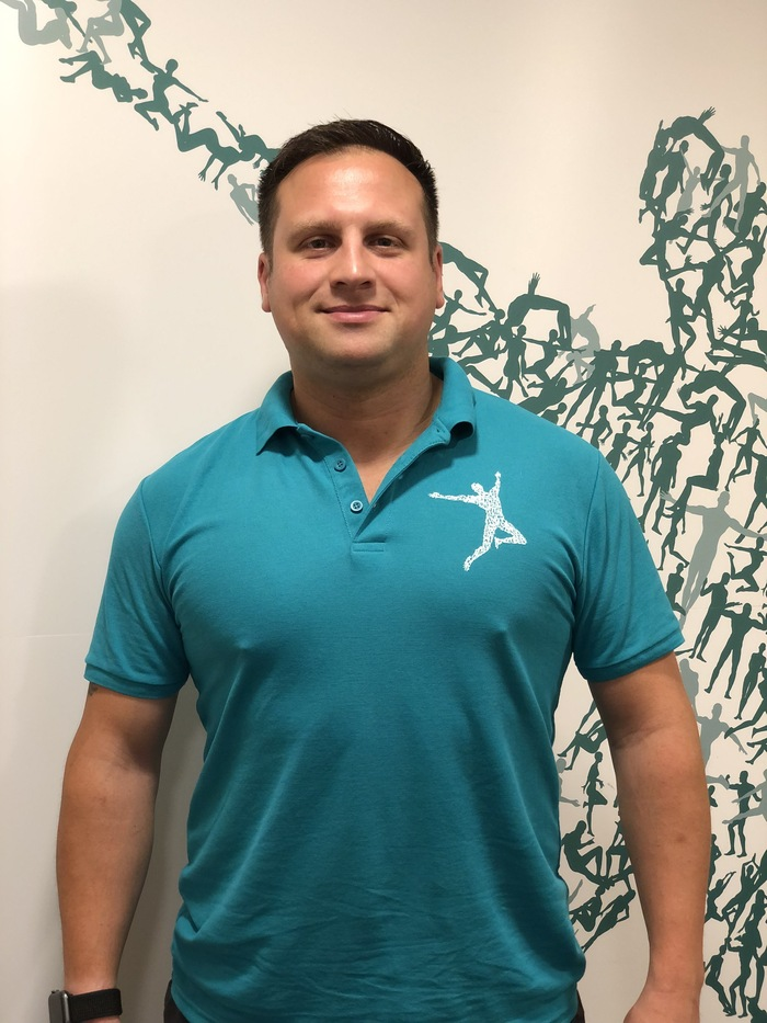 Dave Smart sports massage therapist at Urban Body Physiotherapy Clinic in Solihull in green tshirt